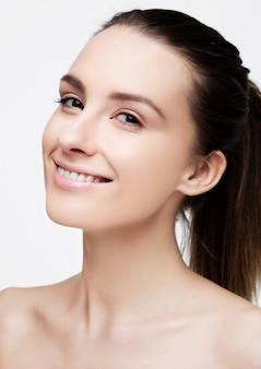 Piękna kobiety dziewczyna z naturalnym zdrowym makeup na bielu