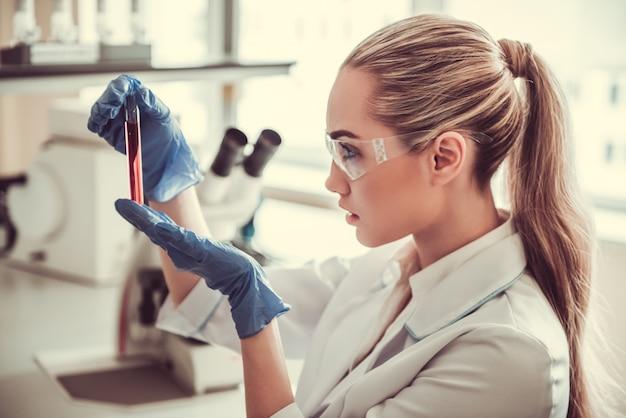 Piękna kobiety lekarka w laboratorium