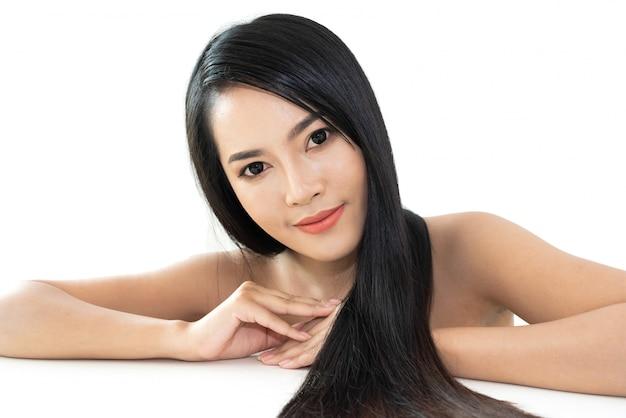 Piękna kobiety piękna opieka zdrowotna z czerni długim błyszczącym prostym gładkim włosy odizolowywającym