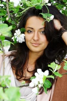 Piękna kobiety pozycja kwitnąć drzewa