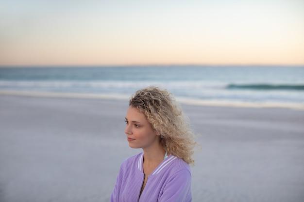Piękna kobiety pozycja na plaży