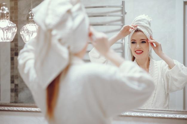 Piękna kobiety pozycja w łazience