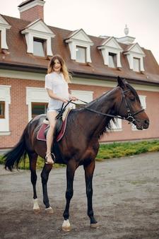 Piękna kobiety pozycja z koniem
