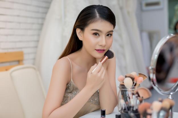 Piękna kobiety twarz i ręka makijaż