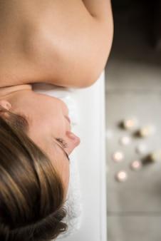 Piękna kobiety twarz relaksuje w zdroju