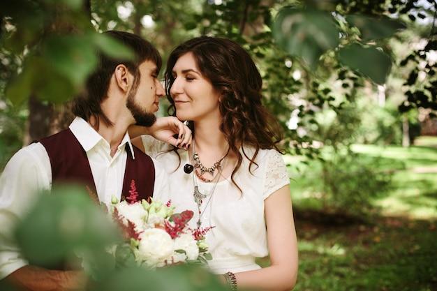 Piękna kochająca para ubrana w szykownym stylu boho