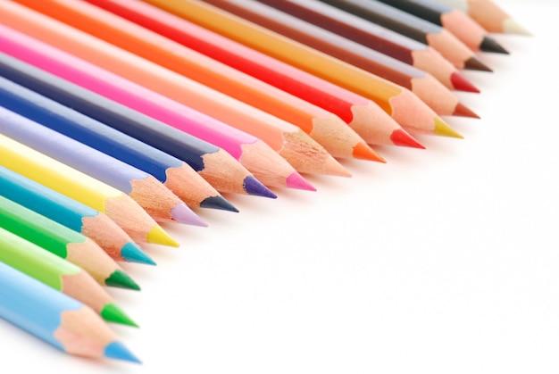 Piękna kompozycja kolorowych kredek