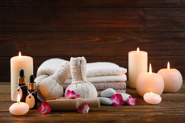 Piękna kompozycja kosmetyków z kwiatami hortensji na brązowym drewnianym stole