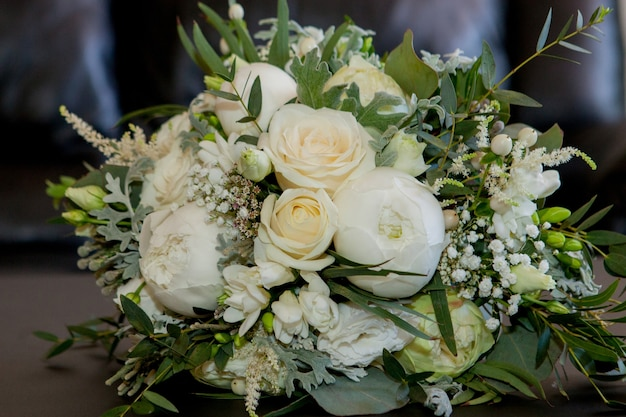 Piękna kompozycja kwiatowa świeżych kwiatów