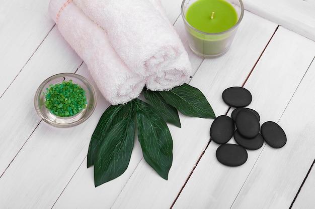 Piękna kompozycja leczenia uzdrowiskowego na białym drewnianym stole.