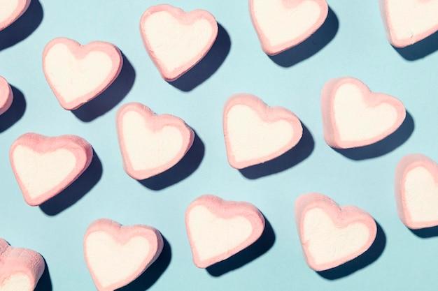 Piękna kompozycja miłości na niebieskim tle