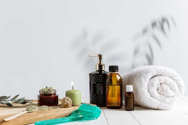 Piękna kompozycja spa na stole do masażu w centrum odnowy biologicznej, copyspace