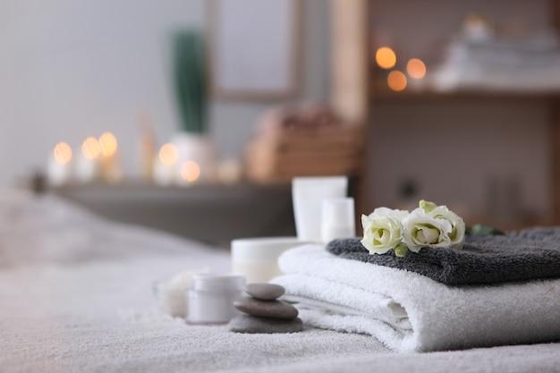 Piękna kompozycja spa ręczników i akcesoriów spa