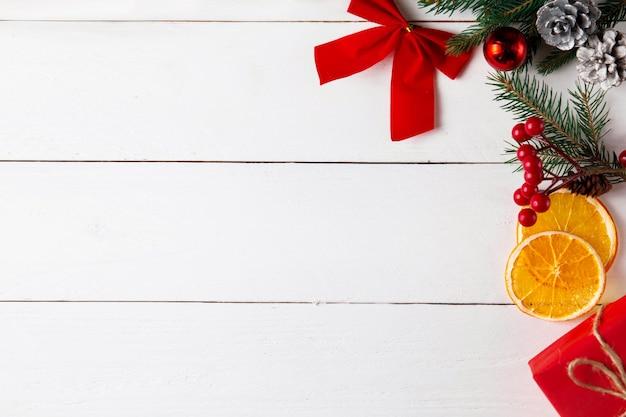 Piękna kompozycja świąteczna na drewnianym białym tle. pudełka na prezenty świąteczne, ośnieżone gałęzie jodły