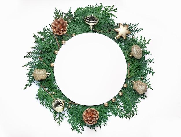 Piękna kompozycja świąteczna z pustą kartą na białym tle