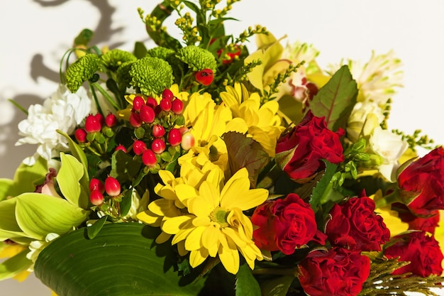 Piękna kompozycja świeżych kwiatów tulipanów archdeus chryzantem i róż
