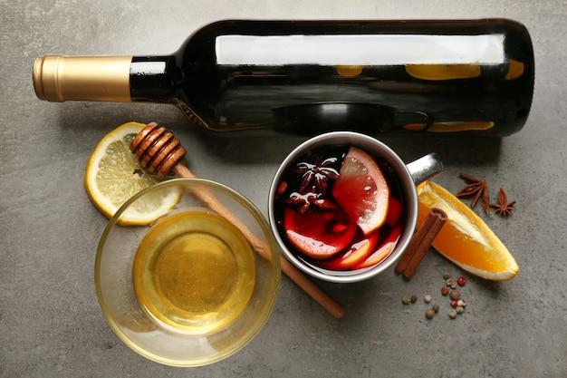Piękna kompozycja tradycyjnego grzanego wina na stole