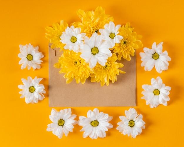 Piękna kompozycja wiosennych kwiatów z kopertą