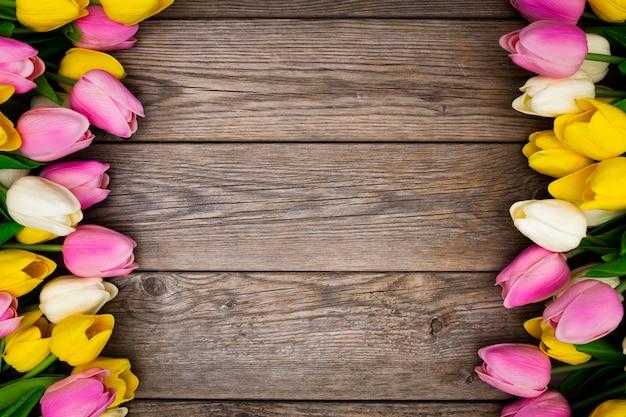 Piękna kompozycja wykonana z tulipanów na drewnianym