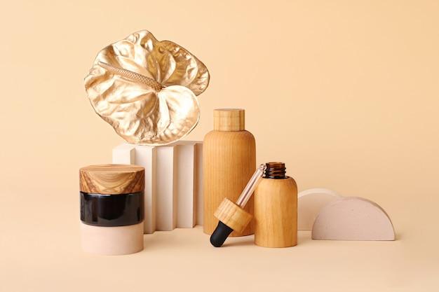 Piękna kompozycja z butelek po kosmetykach i złotego kwiatu flaminga