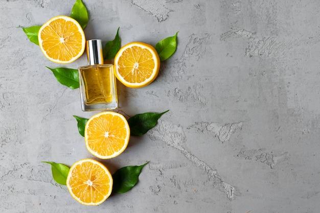 Piękna kompozycja z butelką perfum i owoców cytrusowych