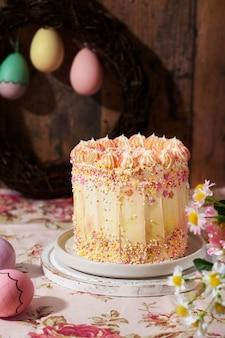 Piękna kompozycja z dekoracją wielkanocnego ciasta