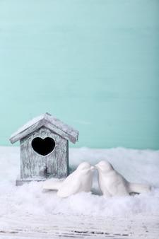 Piękna kompozycja z małym domkiem dla ptaków