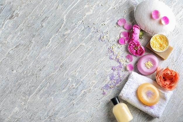 Piękna kompozycja z produktami do kąpieli i ręcznikami na jasnym tle