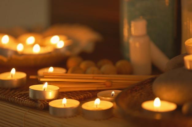 Piękna kompozycja zapalonych świec w salonie spa