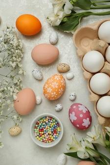 Piękna koncepcja wesołych świąt na białym stole z teksturą