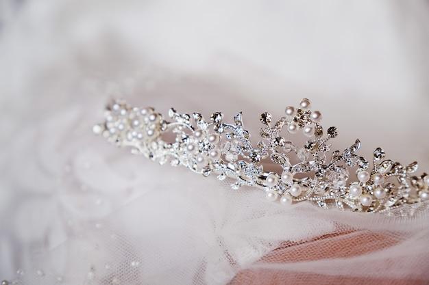 Piękna korona panny młodej jest na zasłonie, zbliżenie. dzień ślubu.