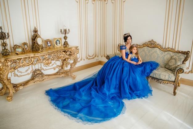 Piękna księżniczka matka i córka w złotej koronie