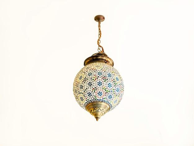Piękna lampa świetlna w stylu marokańskim, wisząca latarnia na białym suficie.