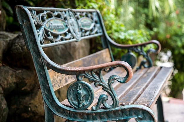 Piękna ławka w stylu retro z uchwytami z kutego żelaza