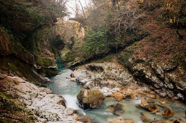 Piękna lazurowa górska rzeka płynie w antycznym jarze martvili