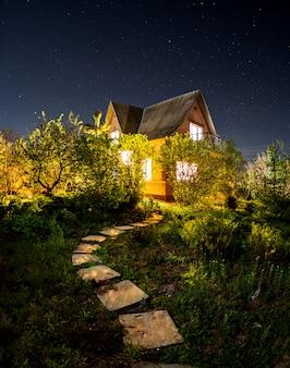 Piękna letnia noc z małym domkiem