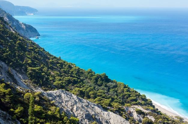 Piękna letnia plaża wybrzeża lefkady (grecja, morze jońskie) widok z góry