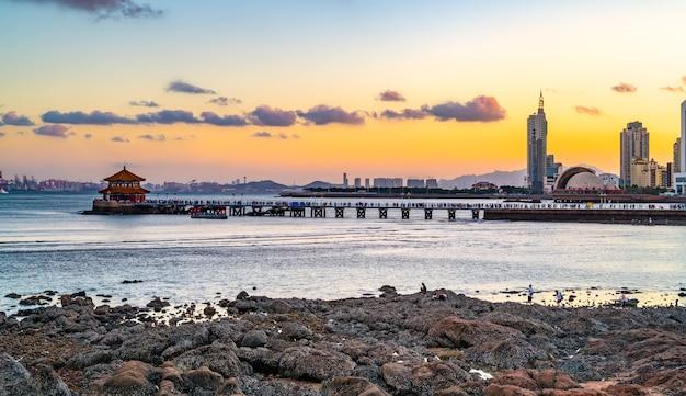 Piękna linia brzegowa i architektoniczny krajobraz qingdao