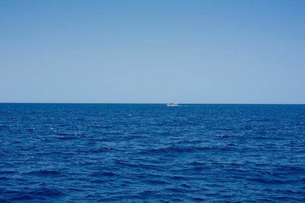 Piękna linia brzegowa morza czerwonego w egipcie.