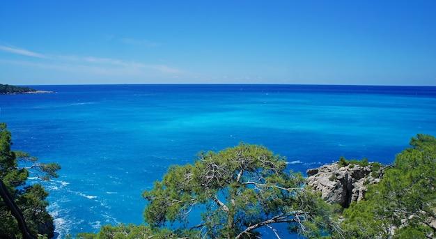 Piękna linia brzegowa z błękitną wodą na morzu śródziemnym w turcji