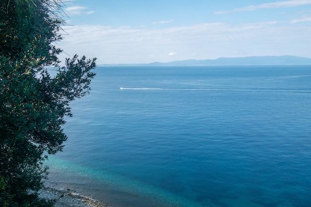Piękna linia brzegowa z górami i skałami w grecja