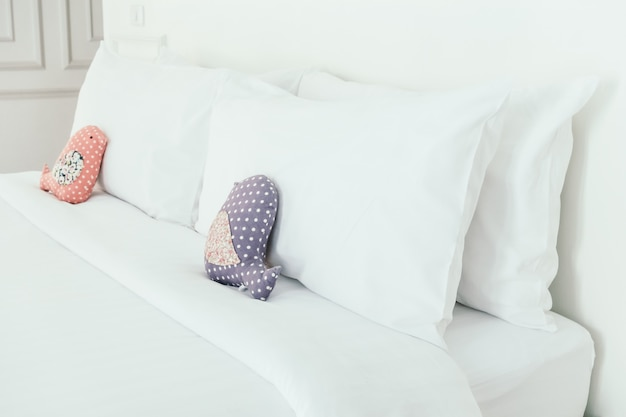 Piękna luksusowa biała poduszka na łóżku