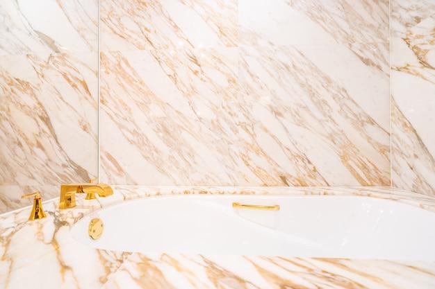 Piękna luksusowa biała wanna i kran