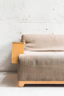 Piękna luksusowa drewniana kanapa