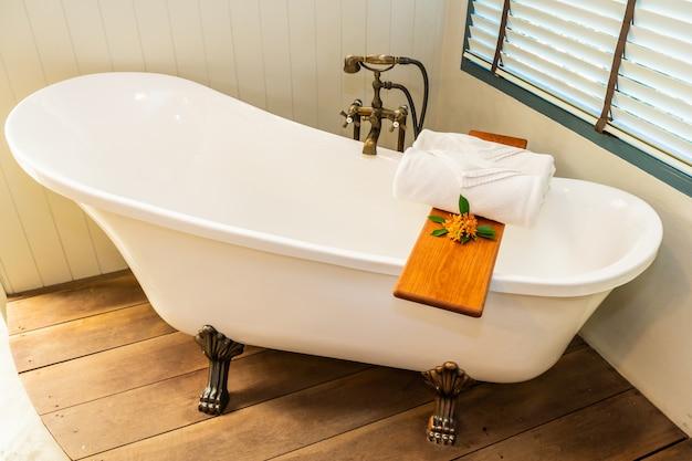 Piękna luksusowa elegancja biała wanna dekoracja wnętrza łazienki na relaks spa