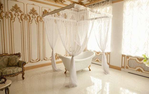 Piękna luksusowa łazienka z dużym oknem i baldachimem