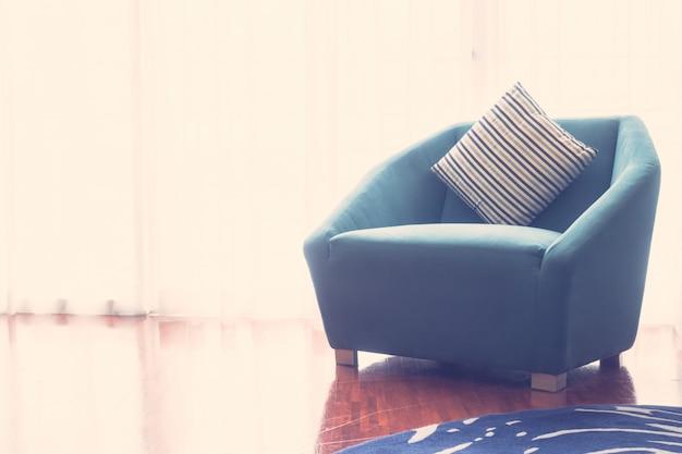 Piękna luksusowa poduszka na kanapy dekoraci w żywym izbowym wnętrzu - rocznika lekki filtr