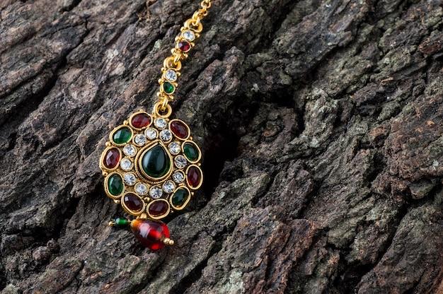 Piękna luksusowa tika. indyjska tradycyjna biżuteria.