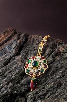 Piękna luksusowa tika. tradycyjna biżuteria indyjska.