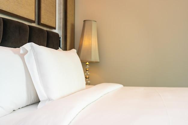 Piękna luksusowa wygodna biała poduszka i koc stanowi dekorację wnętrza sypialni